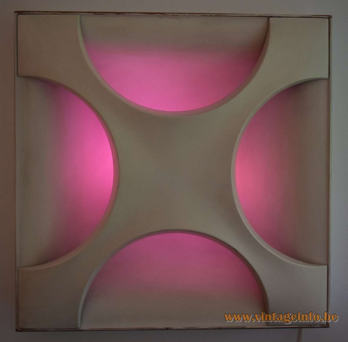 Staff Oyster Wall Lamp - pink light