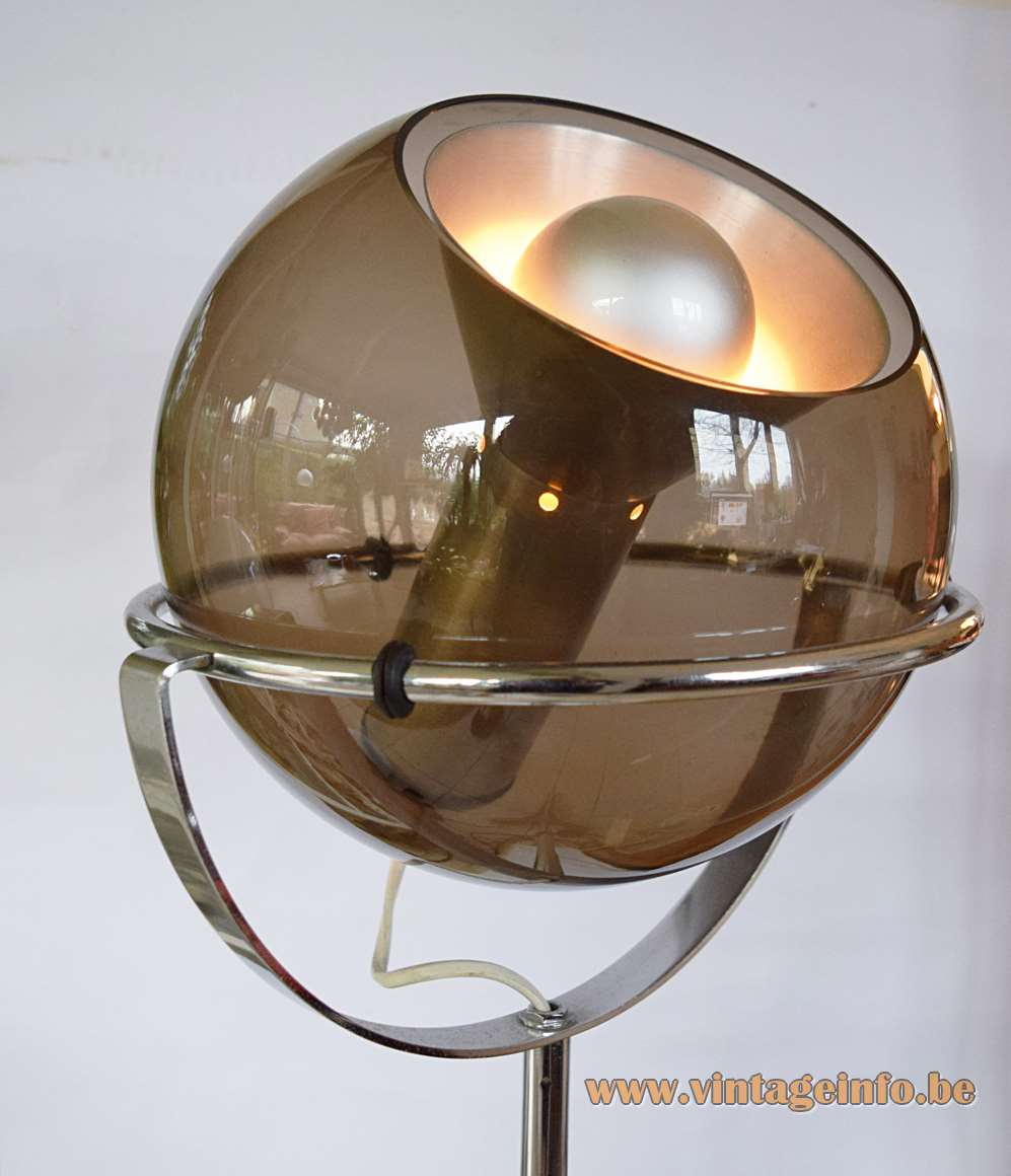 Raak Globe floor lamp. Designer: Frank Ligtelijn, Model D-2000, 50s/60s/70s production, smoked glass globe, chrome