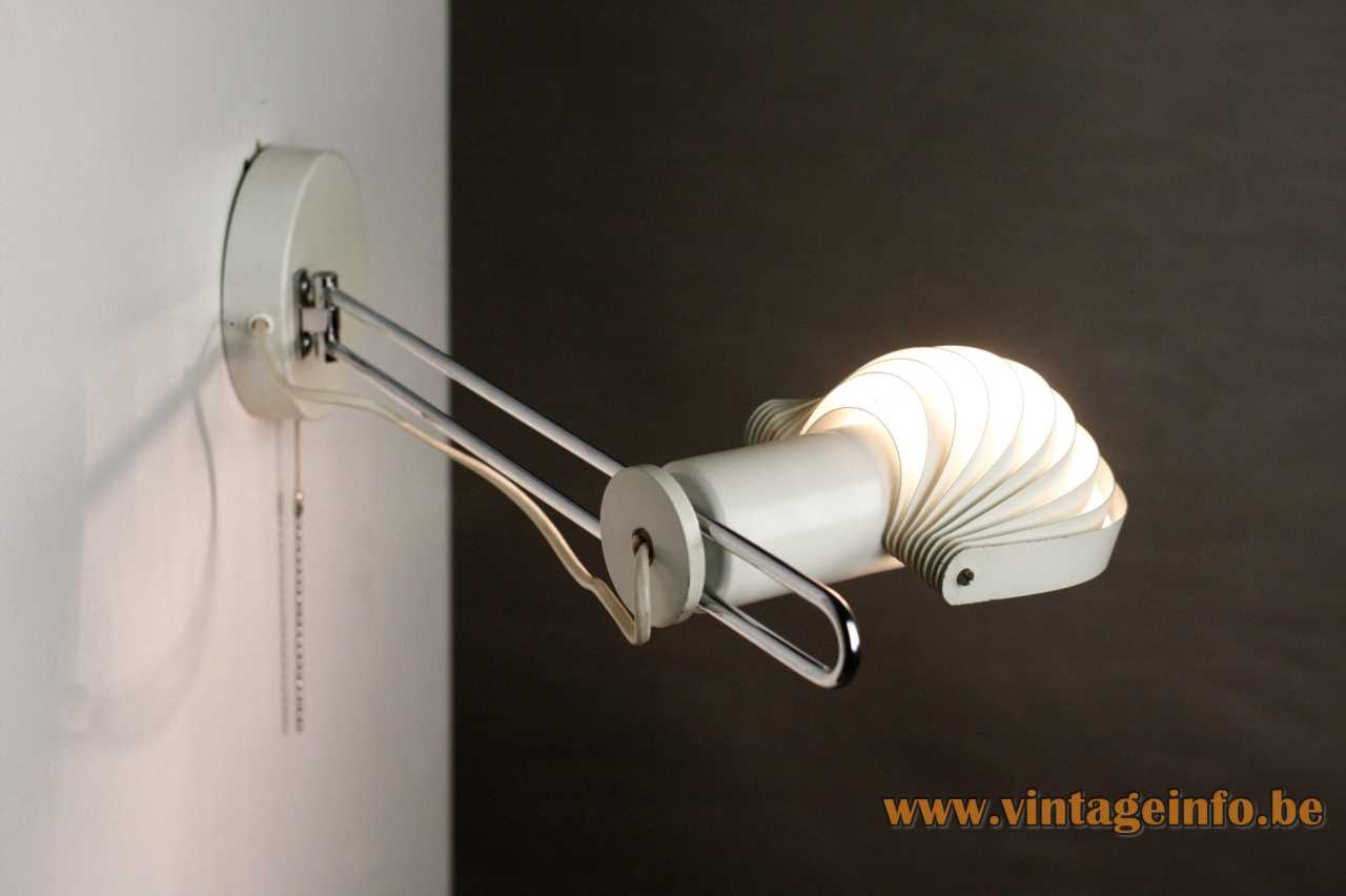 Temde Visier wall lamp design: E.R. Nele flat base chrome rod visor metal slats lampshade 1970s