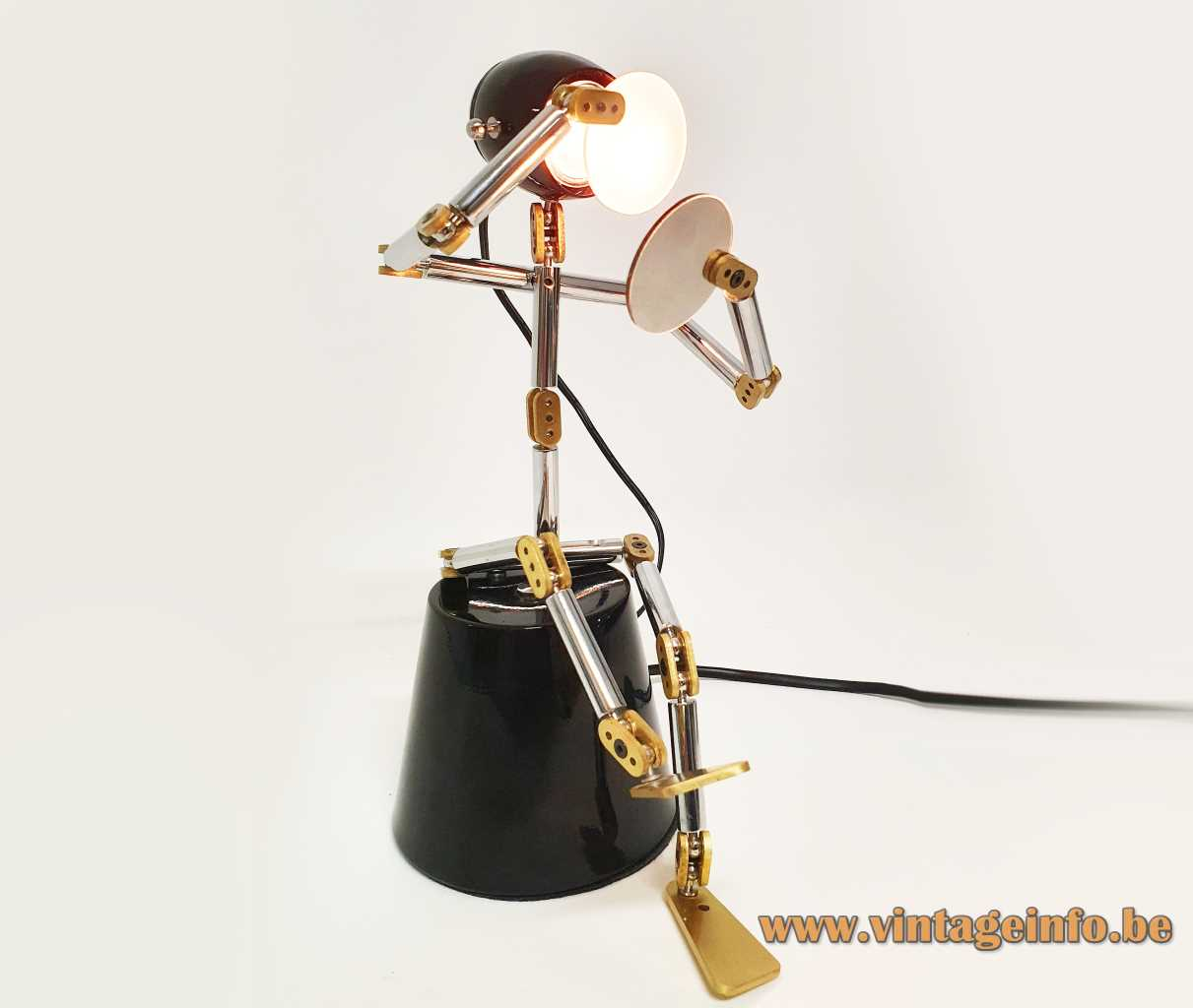 Sun Luen Sean table lamp design: Ygnacio Baranga round base adjustable robot round lampshade 2000s China